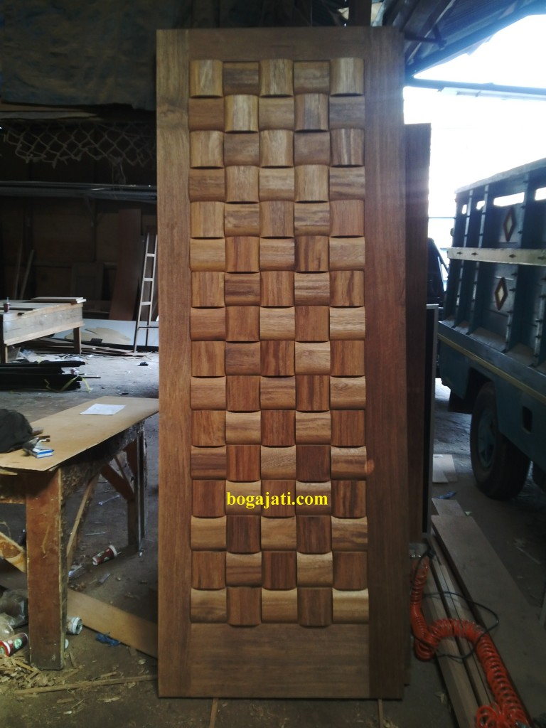 pintu motif anyaman kayu merbau oven